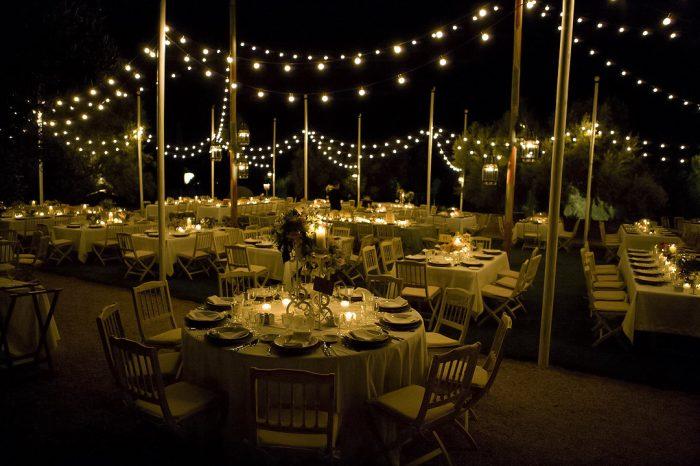 iluminación con guirnaldas y lámparas